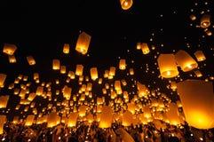 CHIANGMAI, TAILANDIA - 24 DE NOVIEMBRE: Lámpara flotante de la gente tailandesa No Foto de archivo