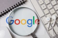 CHIANGMAI, TAILANDIA - 8 de octubre de 2017: Foto del logotipo de Google encendido imagenes de archivo
