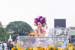 CHIANGMAI, TAILANDIA - 3 FEBBRAIO: Maria Poonlertlarp, sig.na Universe Thailand 2017 nell'annuale 42th Chiang Mai Flower Festival Fotografie Stock