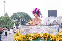 CHIANGMAI, TAILANDIA - 3 FEBBRAIO: Maria Poonlertlarp, sig.na Universe Thailand 2017 nell'annuale 42th Chiang Mai Flower Festival Fotografie Stock Libere da Diritti