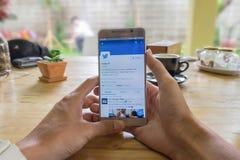 CHIANGMAI, TAILANDIA - JULIO 24,2016: Nota 5 Twitter abierto a de Samsung Fotografía de archivo libre de regalías