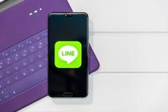 CHIANGMAI, TAILANDIA - MAGGIO 24,2019: Linea manifestazione di logo sul pro schermo mobile di Huawei P20 La LINEA ? un nuovo app  fotografie stock