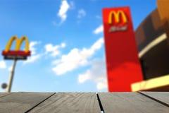 CHIANGMAI, TAILANDIA - 13 MAGGIO: McDonald's firma dentro il mezzo di s blu Immagini Stock Libere da Diritti