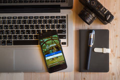 CHIANGMAI, TAILANDIA - 12 MARZO 2016: Smart Phone che visualizza aria Fotografia Stock Libera da Diritti