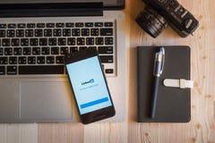 CHIANGMAI, TAILANDIA - 12 MARZO 2016: Smart Phone che visualizza Lin Fotografia Stock Libera da Diritti