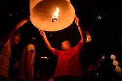 CHIANGMAI, TAILANDIA - 16 NOVEMBRE: Lampada di galleggiamento della gente tailandese No Immagini Stock