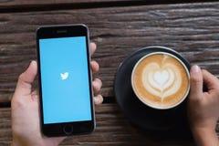 CHIANGMAI, TAILANDIA - OCT 24,2016: Iphone 6s abre Twitter app twit foto de archivo libre de regalías