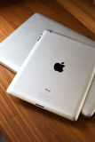 CHIANGMAI, TAILANDIA - 30 SETTEMBRE 2014: Il logo di Apple sopra ha spazzolato la a Fotografia Stock Libera da Diritti