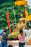 CHIANGMAI TAJLANDIA, KWIECIEŃ, - 13: Ludzie nalewa wodę Buddha Phra Singh przy Phra Singh świątynią w Songkran festiwalu na Kwiet obraz royalty free