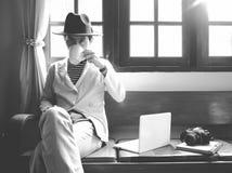 CHIANGMAI TAJLANDIA, Kwiecień, - 25, 2017: Mężczyzna siedzi przy vinta Zdjęcia Stock