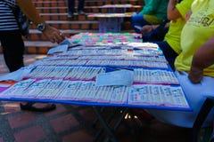 Chiangmai, Tajlandia - 13 2018 Październik: Tajlandzcy ludzie z kalectwami sprzedają loteryjnych bilety ludzie które przechodzili fotografia royalty free