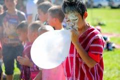 Chiangmai Tajlandia, Styczeń, - 13, 2017: Dziecka Karen ` ponowny blowin Fotografia Stock