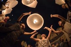 CHIANGMAI, THAÏLANDE - 31 DÉCEMBRE : Lampe de flottement de personnes la nouvelle année Photo stock