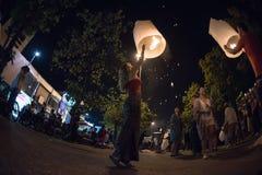 CHIANGMAI, THAÏLANDE - 31 DÉCEMBRE : Lampe de flottement de personnes la nouvelle année Photographie stock