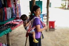 Chiangmai, Thaïlande - 31 mars 2016 : La mère portent son petit fils en secteur de saveur de Mae de Chiang Mai Thailand Photographie stock libre de droits