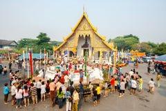 CHIANGMAI, THAILAND - APRIL 13: Mensen die water gieten aan Boedha Phra Singh bij de tempel van Phra Singh in Songkran-festival o royalty-vrije stock afbeeldingen