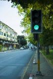 CHIANGMAI THAILAND-APRIL 30,2019: Trafikljus med gr?n f?rg i stadsgatan royaltyfri bild