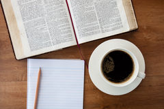 CHIANGMAI, THAILAND, 4,2015 Februari Het lezen van de Nieuwe Internationale Versie van de Heilige Bijbel Stock Foto's