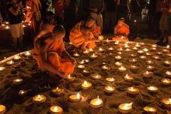 CHIANGMAI, 14 Thailand-Februari: Niet geïdentificeerde monniks lichte kaarsen Stock Fotografie