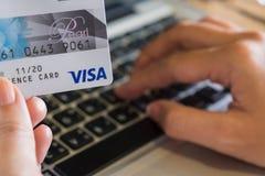 CHIANGMAI, THAILAND - 23. JULI 2016: Eine Frau, die Visa-Karte a hält Stockbilder