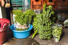 CHIANGMAI, THAILAND-JUN 3,2019: las verduras de la granja se preparan en venta en mercado del chiangmai foto de archivo