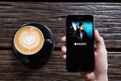 CHIANGMAI, THAILAND - JUNI 14.2016: Het scherm van Apple-muziek die app wordt geschoten Stock Afbeelding