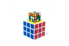 Chiangmai, Thailand - maart 14, 2015: De Kubus van Rubik op witte bedelaars Royalty-vrije Stock Fotografie