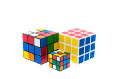 Chiangmai, Thailand - maart 14, 2015: De Kubus van Rubik op witte bedelaars Royalty-vrije Stock Foto