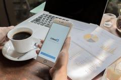 CHIANGMAI, THAILAND - 9. MAI 2016: Weißgold-Apple-iPhone 6s, das Linkedin-Schirm auf Mannhandholding zeigt iPhone 6s wurde gescha Lizenzfreie Stockfotografie