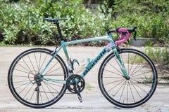 CHIANGMAI THAILAND - MAJ 10: Bianchi cyklar på skärm på Th Royaltyfria Bilder