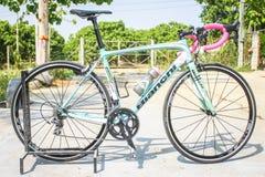 CHIANGMAI THAILAND - MAJ 10: Bianchi cyklar på skärm på Th Fotografering för Bildbyråer