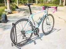 CHIANGMAI THAILAND - MAJ 10: Bianchi cyklar på skärm på Th Arkivbild