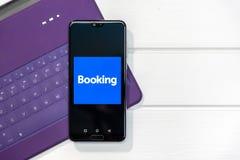 CHIANGMAI THAILAND - MAJ 24,2019: Bokning com-logoshow på Huawei P20 den pro-mobila skärmen bookishly com är en loppbiljettprisag arkivfoto