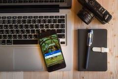 CHIANGMAI THAILAND - MARS 12, 2016: Smart telefon som visar luft Royaltyfri Fotografi