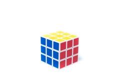 Chiangmai Thailand - marsch 14, 2015: Rubiks kub på vita lodisar Arkivbild