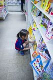 CHIANGMAI, THAILAND-MAY 3,2019 : Peu enfant explore les étagères dans la librairie images libres de droits