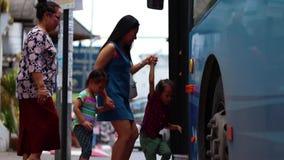 CHIANGMAI, 6,2019 THAILAND-MEI: Mamma en kind bij een bushalte, die op de bus wachten stock videobeelden