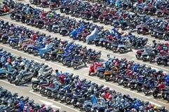 Chiangmai, THAILAND - Mei 22 2018 Vele motorbikikes bij het parkeren dichtbij grote opslag op Mei, 22, 2018, Chaing-MAI, Thailand stock foto's