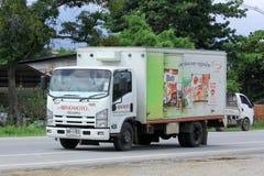 CHIANGMAI, THAILAND - 6. OKTOBER 2014: Containerfahrzeug von Ajinomoto-Verkaufs-Thailand-Firma Foto an der Straße keine 121 ungef Lizenzfreies Stockbild