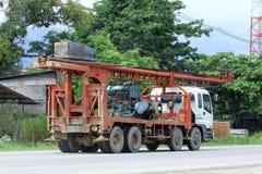 CHIANGMAI, THAILAND - OKTOBER 6 2014: Pornprasertvrachtwagen met kraan voor stichtingsstapel Foto bij weg nr 121 ongeveer 8 km va Stock Fotografie