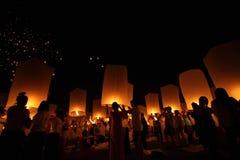 CHIANGMAI, THAILAND - 24. OKTOBER: Sich hin- und herbewegende Laterne der thailändischen Leute 24. Oktober 2012 in Maejo, Chiangm lizenzfreie stockbilder
