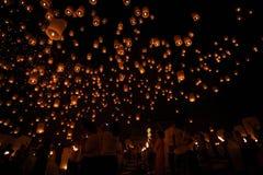 CHIANGMAI, THAILAND - 24. OKTOBER: Sich hin- und herbewegende Laterne der thailändischen Leute 24. Oktober 2012 in Maejo, Chiangm stockbilder