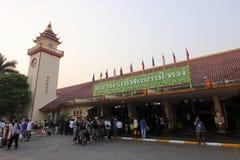 Chiangmai, Thainland - Maart 24 2017: Toerist die zich bij Chiang Mai-station in de ochtend bevinden Stock Afbeeldingen