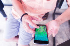 Chiangrai,泰国- 2016年8月16日, :一个人演奏Pokemon去 免版税库存照片