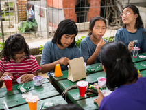 CHIANGRAI,泰国- 2016年8月12日:未认出的儿童孤儿在禁令纳纳房子里 禁令纳纳孤儿院小心从T的孩子 免版税库存图片