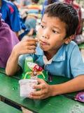 CHIANGRAI,泰国- 2016年8月12日:未认出的儿童孤儿在禁令纳纳房子里 禁令纳纳孤儿院小心从T的孩子 免版税图库摄影