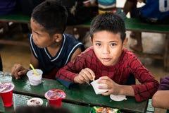 CHIANGRAI,泰国- 2016年8月12日:未认出的儿童孤儿在禁令纳纳房子里 禁令纳纳孤儿院小心从T的孩子 库存照片