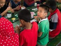 CHIANGRAI,泰国- 2016年8月12日:未认出的儿童孤儿在禁令纳纳房子里 禁令纳纳孤儿院小心从T的孩子 图库摄影