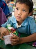 CHIANGRAI,泰国- 2016年8月12日:未认出的儿童孤儿在禁令纳纳房子里 禁令纳纳孤儿院小心从T的孩子 免版税库存照片