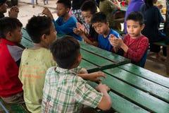 CHIANGRAI,泰国- 2016年8月12日:未认出的儿童孤儿在禁令纳纳房子里 禁令纳纳孤儿院小心从T的孩子 库存图片